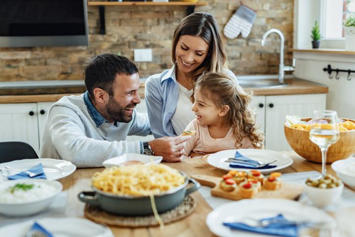 Family-eating-healthy-recipes