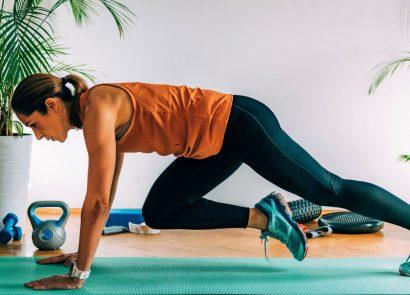 woman on yoga mat doing hiit workout